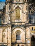 Catedral de Vitus del santo, parte de la fachada izquierda Foto de archivo libre de regalías