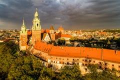 Catedral de Wawel en Kraków, Polonia Visión aérea con las nubes oscuras Foto de archivo