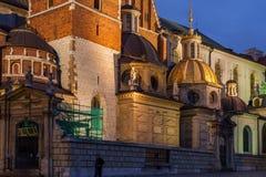Catedral de Wawel iluminada en la noche en Kraków imagenes de archivo