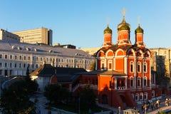 Catedral de Znamensky en la calle de Varvarka en Moscú por la tarde Imagenes de archivo