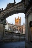Catedral del baño enmarcada a través de arcada Foto de archivo libre de regalías