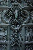 Catedral del Duomo de Milán - puerta de entrada Imagen de archivo libre de regalías