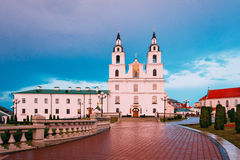 Catedral del Espíritu Santo en Minsk, Bielorrusia en la luz del rosa de la puesta del sol fotos de archivo