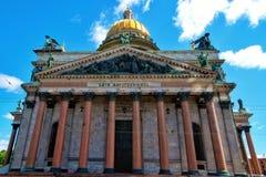 Catedral del ` s de Isaac del santo con el cielo en St Petersburg, Rusia Fotografía de archivo