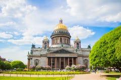 Catedral del ` s de Isaac del santo en las flores de la lila y de los manzanos fotos de archivo