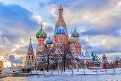 Catedral del ` s de la albahaca del St en cuadrado rojo en Moscú fotografía de archivo