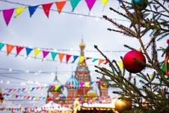 Catedral del ` s de la albahaca del St en el fondo de la Navidad justa r Foto de archivo libre de regalías