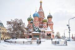 Catedral del ` s de la albahaca del St durante las nevadas en invierno en Moscú imagen de archivo