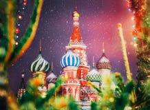 Catedral del ` s de la albahaca del St en Moscú en invierno Nuevo año del cuadrado rojo Foto de archivo