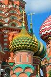 Catedral del ` s de la albahaca del St de Moscú en un día soleado brillante contra un cielo azul Imagen de archivo libre de regalías