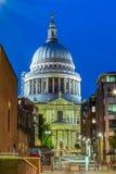 Catedral del ` s de San Pablo en Londres en la noche imagenes de archivo