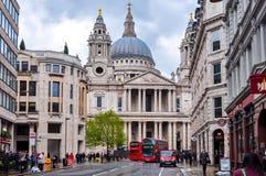 Catedral del ` s de San Pablo y calles de Londres, Reino Unido foto de archivo libre de regalías