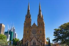 Catedral del ` s de St Mary con el árbol de navidad adornado Foto de archivo