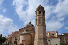 Catedral del ` s de St Mary y el campanario en Oristán Cerdeña Italia imagen de archivo