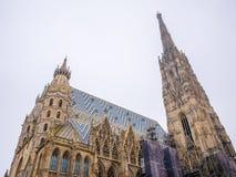 Catedral del ` s de St Stephen en Viena, Austria en un cielo blanco hermoso del fondo imagen de archivo