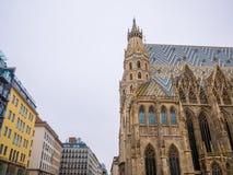 Catedral del ` s de St Stephen en Viena, Austria en un cielo blanco hermoso del fondo imágenes de archivo libres de regalías