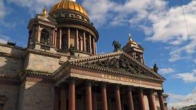 Catedral del ` s del St Isaac contra el cielo con las nubes St Petersburg almacen de metraje de vídeo