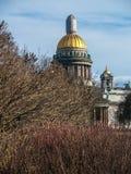 Catedral del ` s del St Isaac en la primavera temprana en abril en un día caliente Foto de archivo libre de regalías
