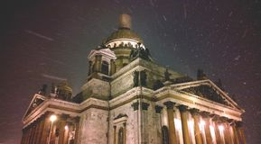 Catedral del ` s del St Isaac en St Petersburg durante las nevadas pesadas Cuento de la Navidad en las calles de St Petersburg Hu Fotografía de archivo libre de regalías