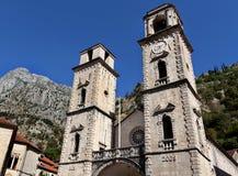 Catedral del santo Tryphon en la ciudad vieja de Kotor, Montenegro, la UNESCO Imagen de archivo