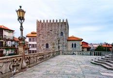 Catedral del SE, catedral de Oporto, con un lanthern en Oporto, Portugal fotografía de archivo libre de regalías