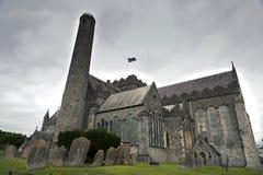Catedral del St. Canices y torre redonda en Kilkenny Fotografía de archivo