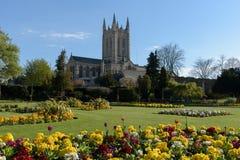 Catedral del St Edmundsbury con las flores Foto de archivo