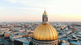 Catedral del St Isaac en St Petersburg en la puesta del sol, visión aérea, un vuelo hermoso alrededor de la bóveda de la cated imagen de archivo