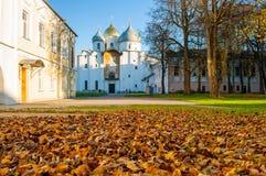 Catedral del St Sophia Russian Orthodox en la tarde soleada del otoño en Veliky Novgorod, Rusia - paisaje del otoño de la arquite Fotos de archivo libres de regalías