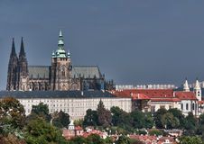 Catedral del St. Vitus del castillo de Praga en foco. fotos de archivo