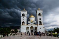 Catedral del St Vladimir antes de la tormenta Ciudad de la barra, Montenegro foto de archivo libre de regalías