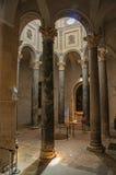 Catedral do Aix com a mulher entre colunas e luz de cima em Aix-en-Provence Fotografia de Stock Royalty Free