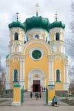 Catedral do apóstolo Pavel de Saint na tarde nebulosa de abril Região de Leninegrado foto de stock royalty free