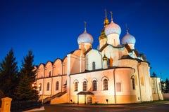 Catedral do aviso com o céu azul claro no Kremlin de Kazan, Rússia imagem de stock