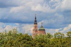 Catedral do aviso no fundo do céu dramático Foto de Stock