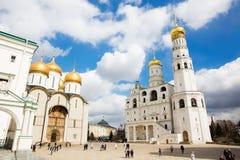 A catedral do Dormition e do Ivan a grande torre de Bell no Kremlin de Moscou foto de stock