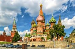 Catedral do ` s da manjericão do St com Kremlin, Moscou fotografia de stock royalty free