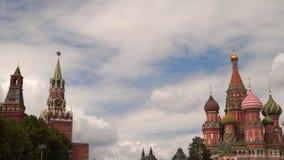 A catedral do ` s da manjericão do St e o Spassky elevam-se Quadrado vermelho Foto de Stock Royalty Free