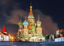 Catedral do ` s da manjericão do St da opinião do inverno em Moscou fotografia de stock