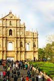 A catedral do ` s de Saint Paul em Macau e os povos aproximam-no Fotografia de Stock Royalty Free