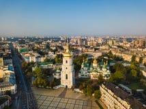 Catedral do ` s de Sophia de Saint, quadrado Kiev Kiyv Ucrânia com lugares da foto aérea do zangão do interesse Luz do nascer do  fotografia de stock