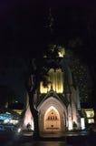 A catedral do ` s de St Andrew em Saingapore na noite imagens de stock