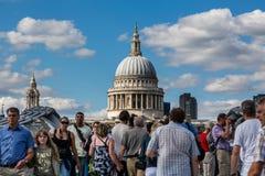Catedral do ` s de St Paul com os turistas na ponte do milênio tomada o 11 de agosto de 2013 imagens de stock