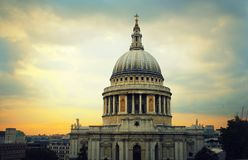 Catedral do ` s de St Paul em Londres e céu com nuvens foto de stock