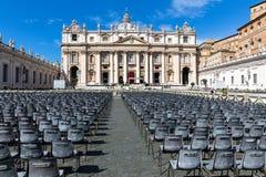 Catedral do ` s de St Peter em Roma com muitas cadeiras vazias imagem de stock royalty free