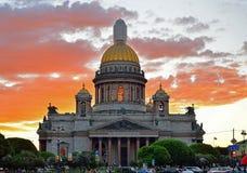 Catedral do St Isaac em um fundo do por do sol vermelho sob o cl Fotos de Stock
