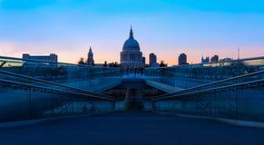 Catedral do St Paul e a ponte do milênio em Londres Imagens de Stock