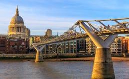 Catedral do St Paul e a ponte do milênio em Londres Imagem de Stock