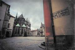 Catedral do St. Vitus e quadrado de St George no castelo de Praga Imagens de Stock