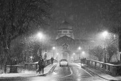 Catedral durante a queda de neve pesada foto de stock